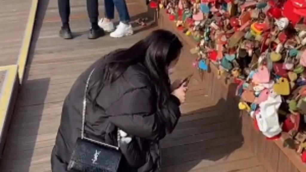 """بالفيديو/ فتاة تقطع مسافة 6 آلاف ميلاً لكسر """"قفل حب"""" ربطته هي وخطيبها السابق بأحد المعالم السياحية الشهيرة!"""