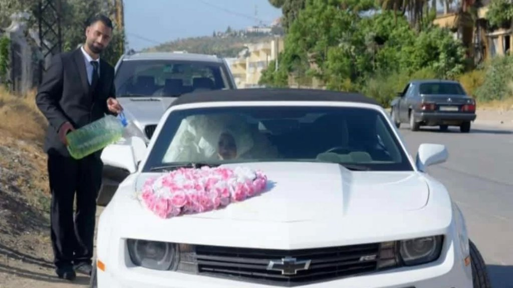 """فقط في لبنان..عريس في عكار يملأ سيارة زفافه بالبنزين باستخدام """"الغالونات"""""""
