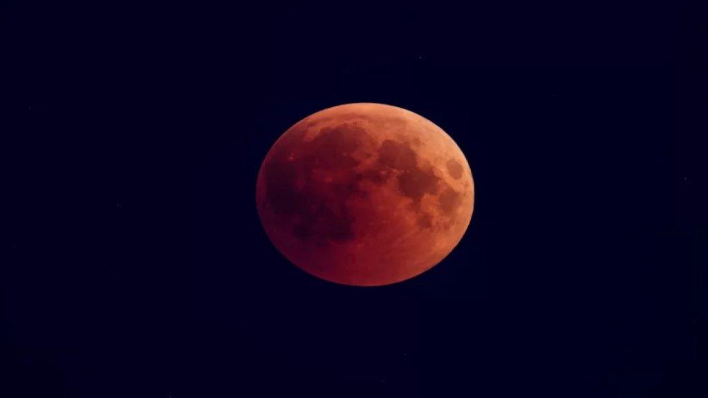 """العالم على موعد مع ظاهرة نادرة.. خسوف كامل للقمر يتزامن مع اكتماله يوم الاربعاء في مشهد يطلق عليه """"القمر الدامي العملاق"""""""