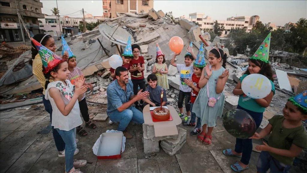"""صورة مؤثرة..عائلة فلسطينية احتفلت بـ """"عيد ميلاد"""" صغيرها محمود فوق ركام المنزل المهدّم"""