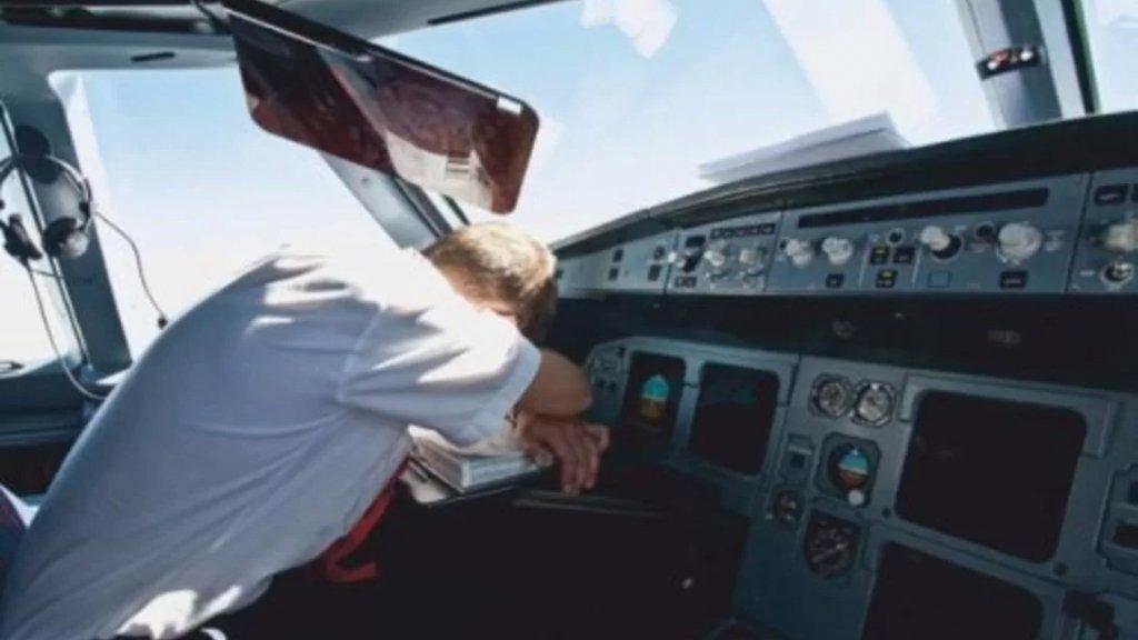 """حادثة كادت تؤدي إلى كارثة.. طيار """"راحت عليه نومة"""" 40 دقيقة أثناء التحليق بطائرة وتجاوز المطار المخصص للهبوط!"""