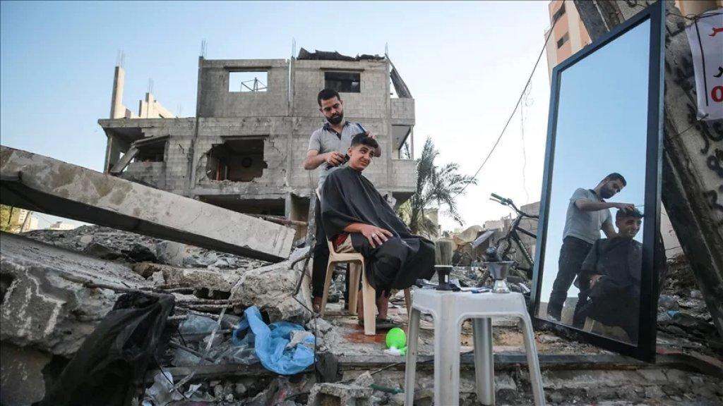 بالصور/  عمل على تأسيسه وتجهيزه منذ 11 عاما وكان حلمه...فلسطيني يتحدى دمار الحرب في غزة ويصر على ممارسة مهنته فوق أنقاض صالونه المدمر