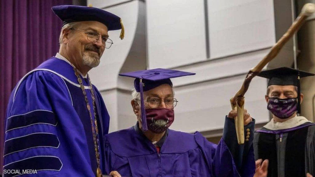 أميركي ينال الشهادة الجامعية بعمر الـ 97 عاماً... اعتمدت الجامعة لتسجيله العلامات التي حققها في أربعينيات القرن الماضي!
