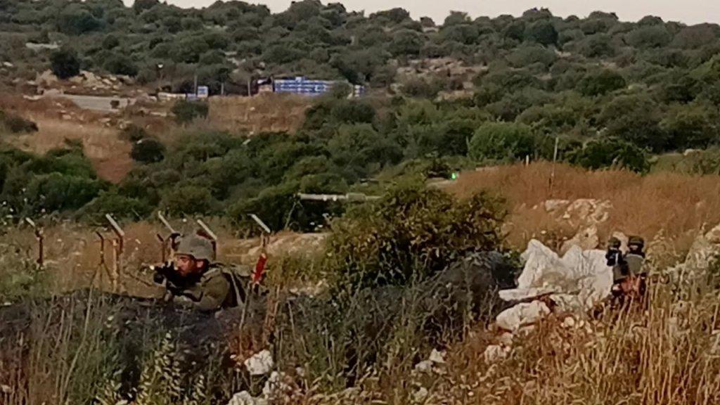 """20 عنصر """"اسرائيلي"""" تخطوا السياج التقني في كروم الشراقي ميس الجبل وقاموا بكشف ومسح للمنطقة بمؤازرة دبابتين من نوع ميركافا قامتا بنشر الدخان للتمويه لدى انسحابهما للداخل المحتل"""