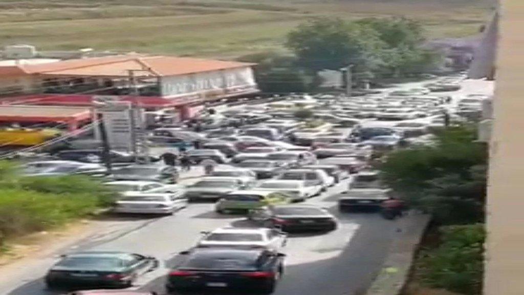 فيديو متداول.. مشهد مخيف لزحمة السيارات امام احدى المحطات في كفرجوز النبطية