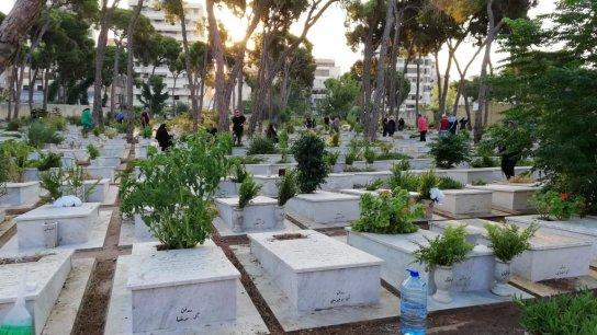 """أصابع الإتهام تتجه إلى إدارة المستشفى... مأساة عائلتين لبنانيتين حيث دفن الجثمان الخطأ: """"دفنّا جثة ليست لنا، بكينا عليها، دفنّا سيدة غريبة، وأعدنا الكرّة"""" (المدن)"""