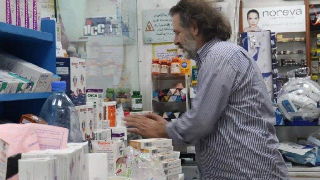 علبة دواء من الخارج أجمل هدية للبنانيين.. صيدليات فارغة والتهريب والصراع السياسي يفاقمان الأزمة!