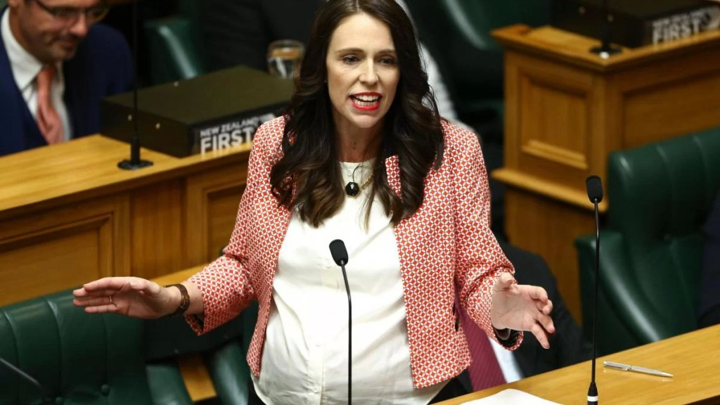 """رئيسة وزراء نيوزيلندا تتحدث لأول مرة عن قسوة العمل بالسياسة... مجال يحتاج لـ""""سميكي الجلد"""" و""""متبلدي الإحساس"""""""