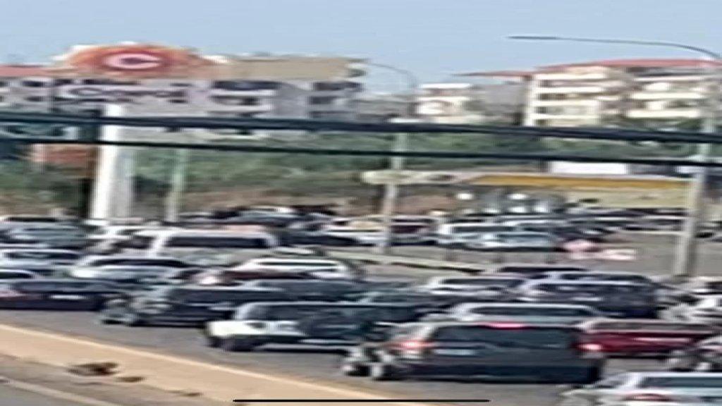 زحمة سير في الدامور بسبب طوابير السيارات على محطة لتعبئة البنزين