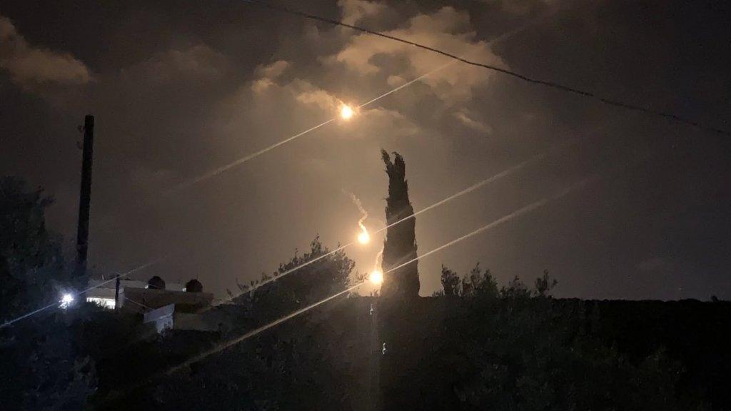 الاحتلال القى 5 قذائف ضوئية في أجواء احراج اللبونة جنوب بلدة الناقورة