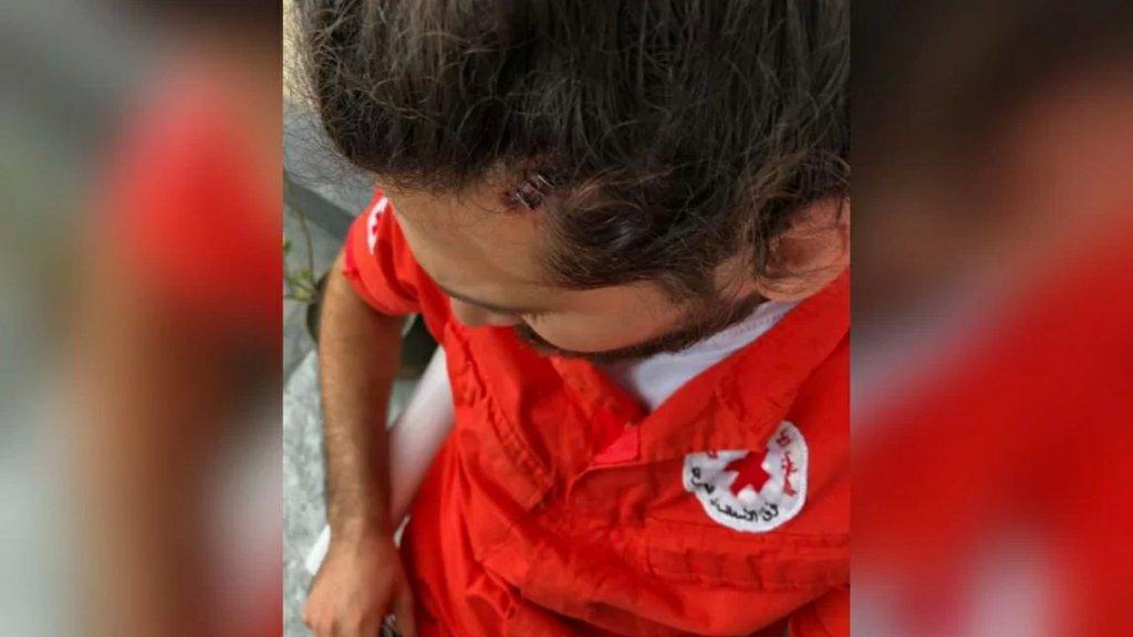 """انزعج من صوت الإنذار... التعرضّ لسيارة إسعاف تابعة للصليب الأحمر اللبناني في منطقة صحراء الشويفات ممّا أدّى إلى إصابة مسعف بجروح بعد رشقه بـ """"حجر""""!"""