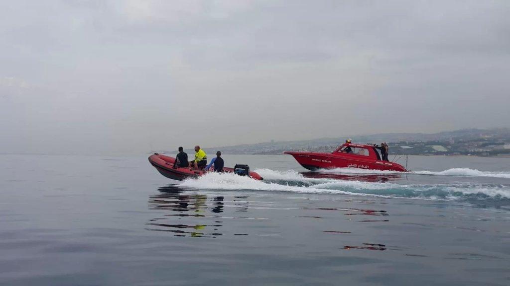 وحدة الانقاذ البحري تبحث عن لبناني بالعقد الخامس من العمر فقد عصر اليوم بينما كان وعائلته على شاطئ السعديات حيث قام بالغطس في البحر وحتى الساعة لم يتم العثور عليه