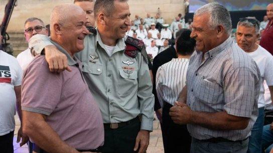 """""""إسرائيل"""" تكرم جيش عملاء لحد تقديرًا """"لأدائهم الواجب الوطني""""!"""