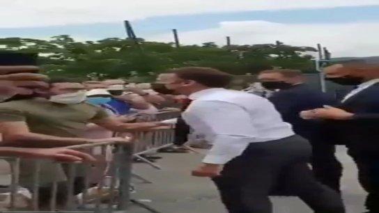 بالفيديو/ الرئيس الفرنسي ماكرون يتلقى صفعة قوية على وجهه من قبل رجل خلال رحلة إلى تاين ليرميتاج