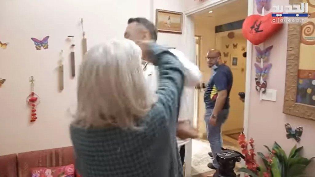 بالفيديو/ مريم نور تصفع تمام بليق وتحاول طرده من منزلها: الحمار افهم مني!