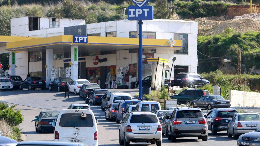البراكس: من صرف عشرات مليارات الدولارات من أموال المودعين يستطيع أن يصرف بضعة ملايين لإيقاف الذل عند محطات البنزين