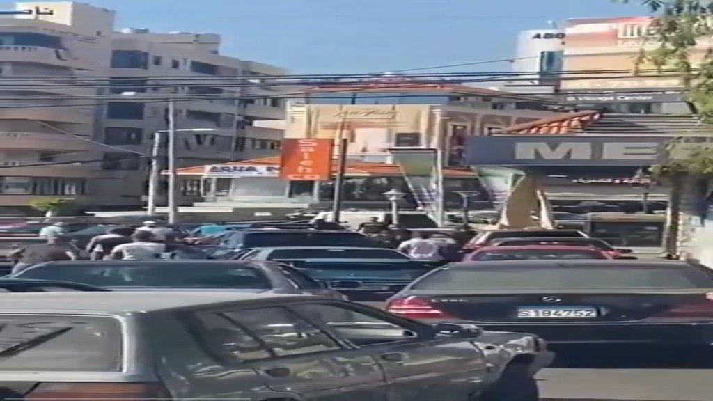 بالفيديو/ آخر المشاكل أمام محطات الوقود... تضارب بين عدد من المواطنين في الهلالية على خلفية أولوية الدور لتعبئة البنزين!