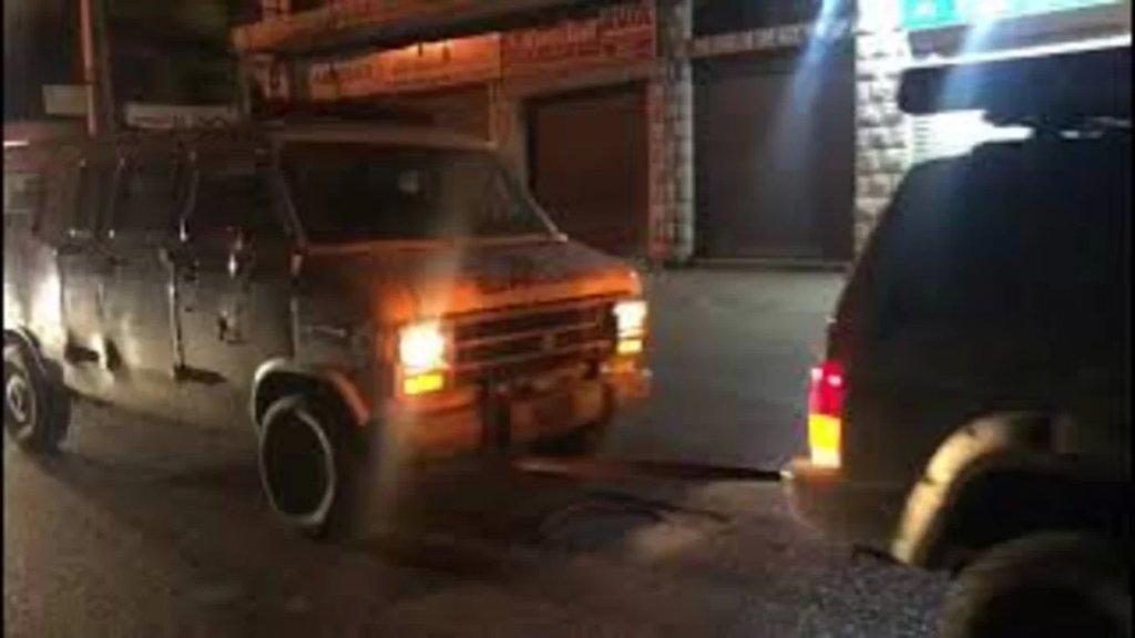 """سيارة تجر سيارة إسعاف تابعة للدفاع المدني بعد نفادها من الوقود بحسب ما نشر موقع """"لبنان 24"""""""