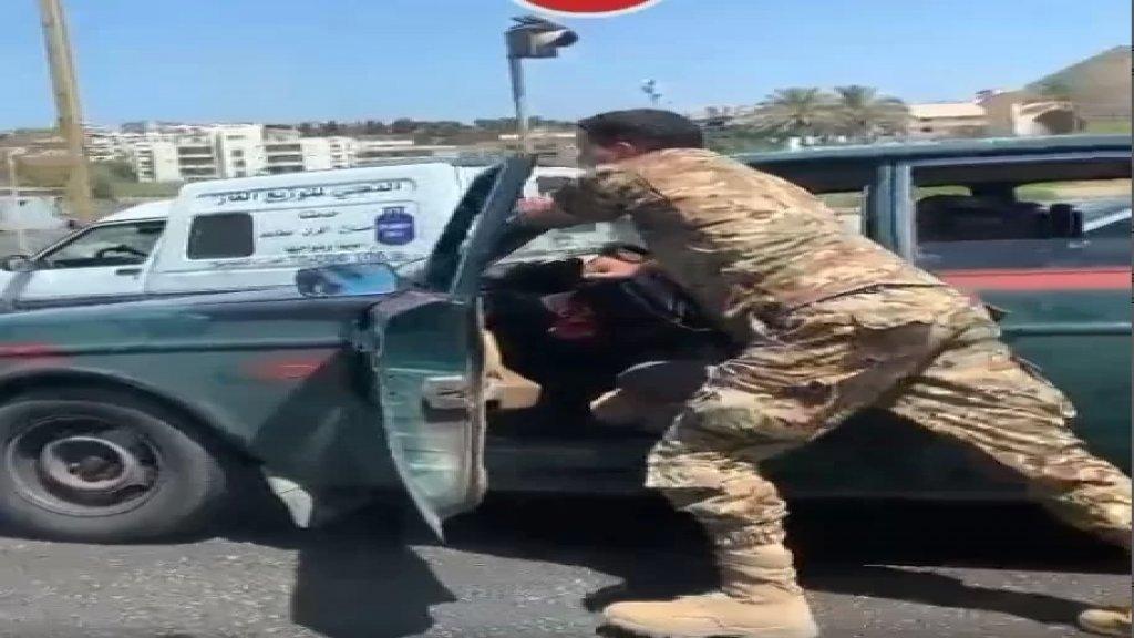 """بالفيديو/ عنصر في الجيش اللبناني """"يدفش"""" سيارة في احدى الشوارع... """"هكذا نكرم حماة الوطن""""!"""