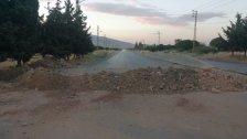 قطع طريق بعلبك - الهرمل في بلدة مقنة بالسواتر الترابية على خلفية مقتل شاب من عائلة م. من أبناء البلدة