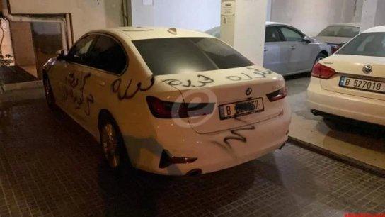 """بالفيديو/ مجموعة شبان """"طلوا"""" سيارة وزير الإقتصاد ومدخل منزله بعبارات احتجاجية"""