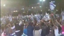 """شاهد احتفالات في """"تل أبيب"""" بانتخاب """"نفتالي بينت"""" رئيساً لحكومة الاحتلال خلفاً لنتنياهو"""