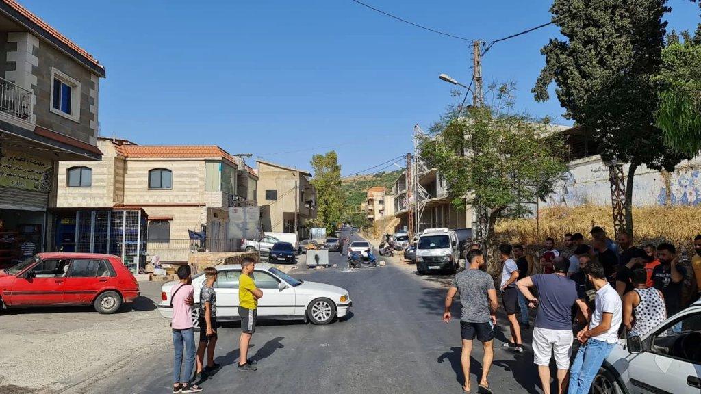 بالصور/  عدد من أبناء بلدة حولا يقطعون الطريق الرئيسية احتجاجاً على انقطاع المياه الدائم في البلدة