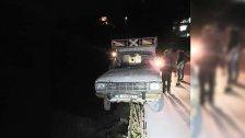 بالصورة/ سائق ينجو بأعجوبة على طريق بيت أيوب - القموعة.. الشاحنة استقرت على قضبان الحديد لأحد جدران الدعم التي لم تُنجز!