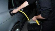 """""""سرقة البنزين من السيارات قد بدأت"""".. معلمة تروي ما حصل معها وتحذر: عليكم الانتباه!"""