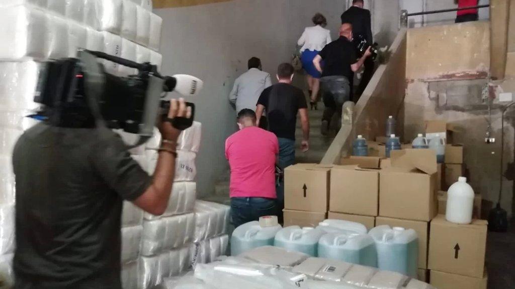 وزير الصحة يواصل عملية التقصي والمتابعة المستمرة منذ الاسبوع الماضي، وقام بعد ظهر اليوم بعملية دهم لأحد مستودعات المواد الطبية وكواشف المختبرات في بيروت