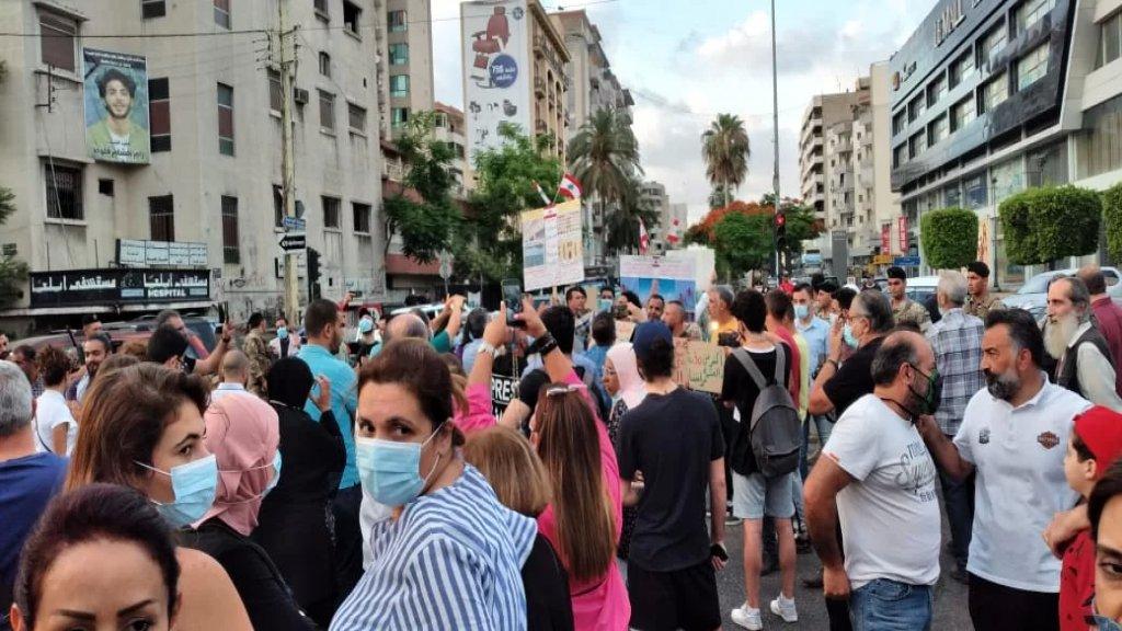 محتجون قطعوا بأجسادهم الطريق عند تقاطع إيليا احتجاجا على الأوضاع الاقتصادية في ظل انتشار لعناصر الجيش