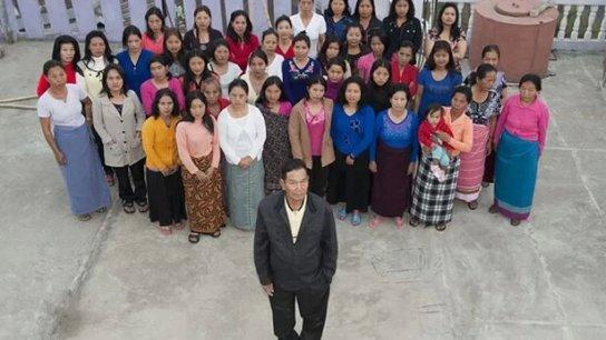 وفاة رب أكبر أسرة في العالم.. لديه 39 زوجة وأنجب 94 طفلاً ويعيشون جميعاً تحت سقف واحد!
