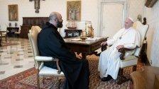 البابا فرنسيس تسلم صليباً مصنوعاً من أخشاب أبواب ونوافذ محطمة جراء انفجار المرفأ