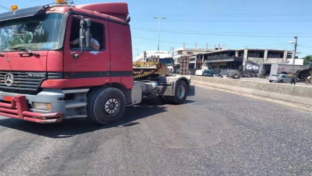 قطع أوتوستراد المنية الدولي في الإتجاهين عند محلة المخاضة بالشاحنات