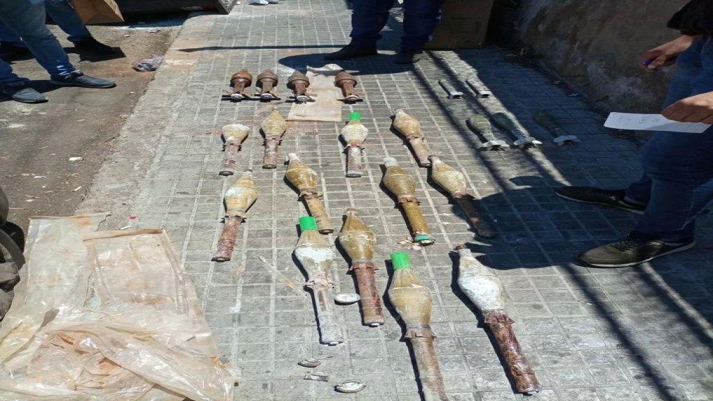 بالصور/ قوى الأمن: العثور على قذائف قديمة العهد مرمية داخل مستوعبات النفايات بشارع في بيروت
