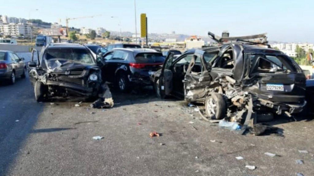 بالفيديو/ حادث مروع على اوتوستراد السعديات باتجاه الجية.. سقوط 6 جرحى نتيجة تصادم بين 7 مركبات!