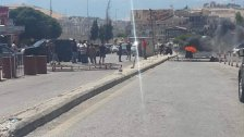 طريق المصنع مقفلة بسبب منع الاجهزة الامنية سيارات المهربين من الانتقال عبر الحدود الى سوريا لتفريغ البنزين ( صوت لبنان)