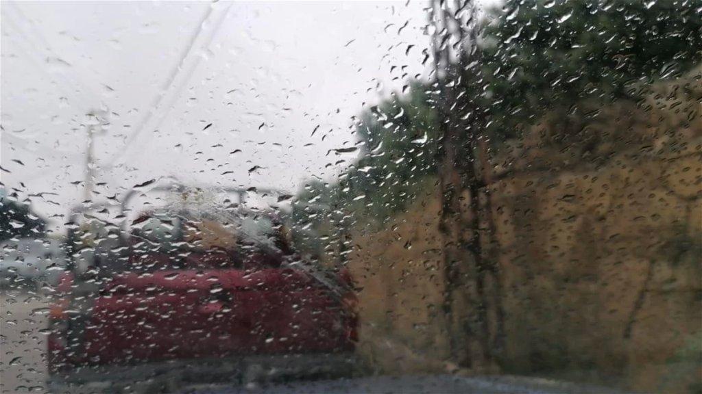 بالصور/ منطقة الضنية شهدت أمطار متفرقة مع تكون طبقات من الضباب
