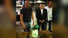 """بالصورة/ سيزار أبي خليل يحتفل وأحد أصدقائه الصيادلة بعيد ميلاد في أحد مطاعم بعبدا.. كُتب على قالب الحلوى """"مقطوع """"!"""