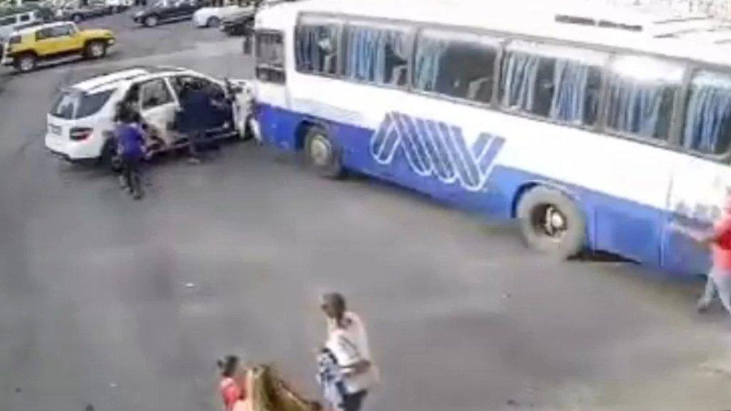 حادث سير مروع في زغرتا: نجاة امرأة وعدد من الاطفال باعجوبة بعدما اصطدم باص كبير بسيارة كانت متوقفة في المنطقة إثر عطل ميكانيكي طرأ على مكابح الباص