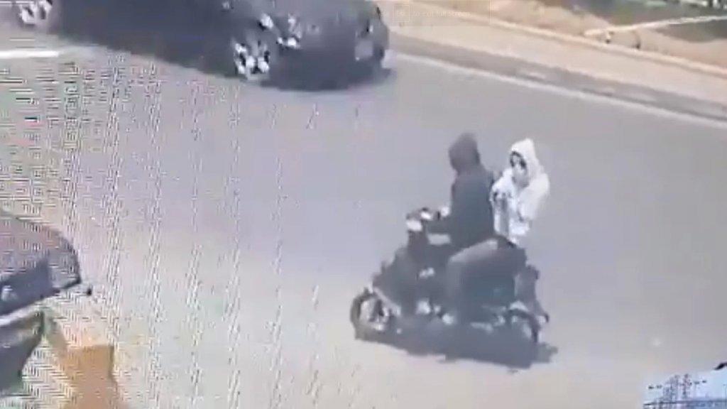 بالفيديو/ في وضح النهار... ملثمان يطلقان النار على محلات في الزاهرية طرابلس!