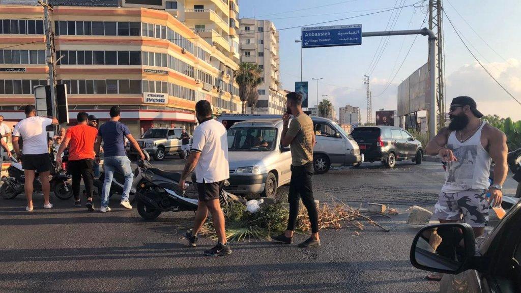عدد من المحتجين يقطعون طريق عام صور - صيدا في منطقة دوار العباسية بالاطارات ومستوعبات النفايات