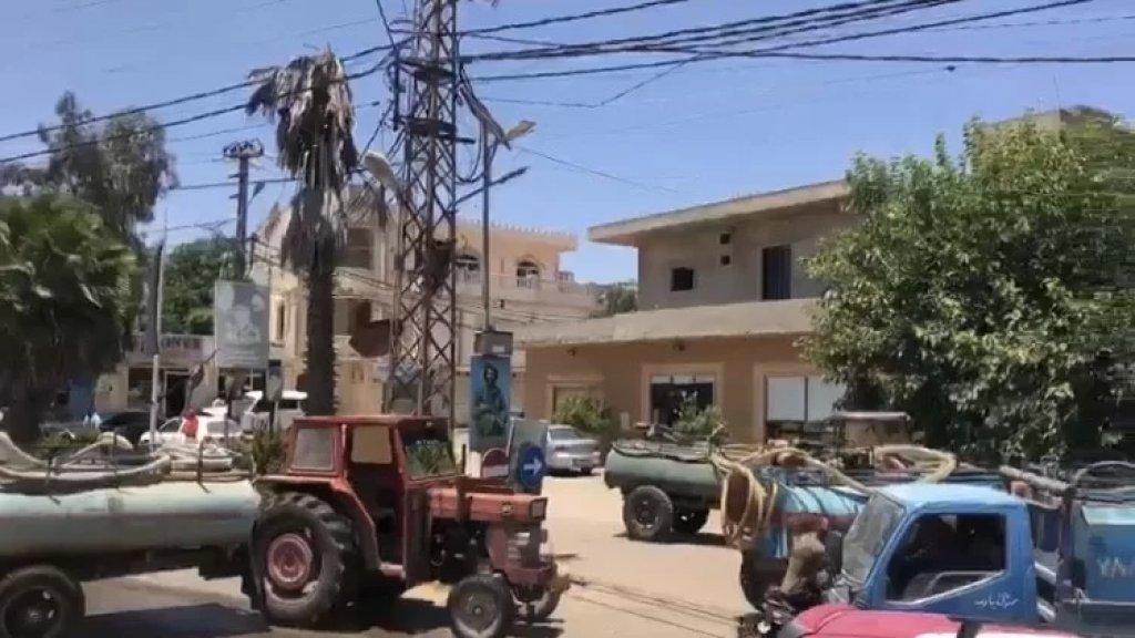 محتجون قطعوا الطريق العام في ساحة بركة ميس الجبل بالجرارات الزراعية والصهاريج احتجاجا على عدم تزويدهم بالمحروقات