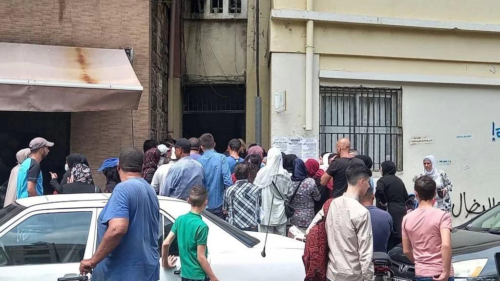 وعِدوا بحليب الأطفال فتسابقوا إلى طابور الذلّ في طرابلس... كرامة المواطن تهان مرتين!