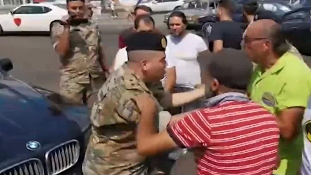 """بالفيديو/ ضابط في الجيش اللبناني لأحد المحتجين في صيدا: """"منك موجوع أكتر مني.. ما عم لاقي حليب لولادي!"""""""