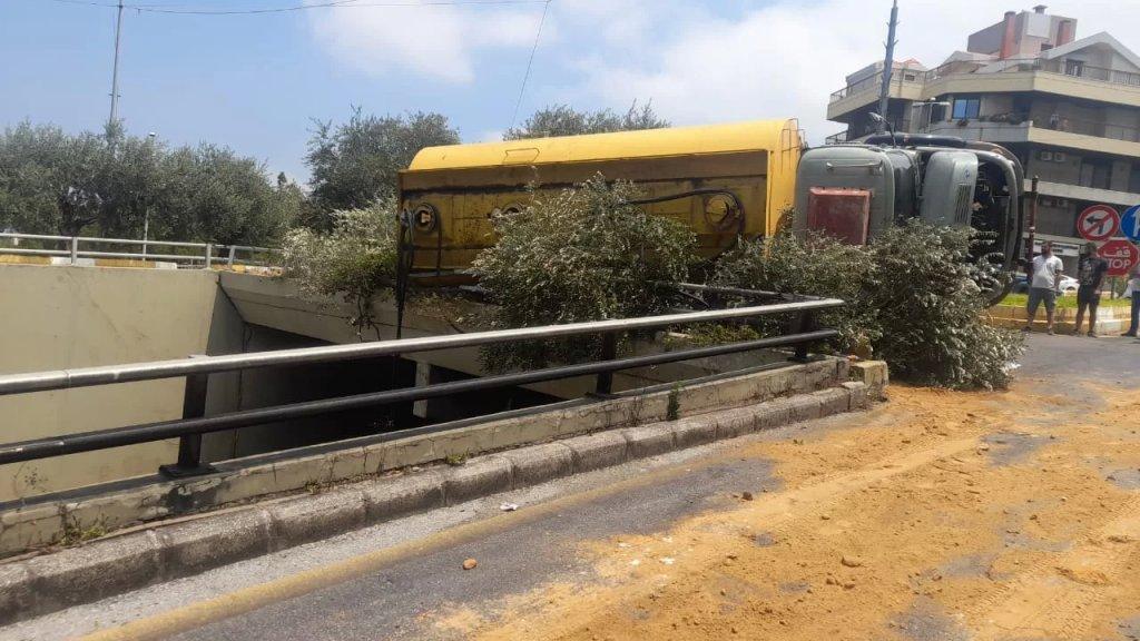 بالفيديو/ انقلاب صهريج على جسر الرابية