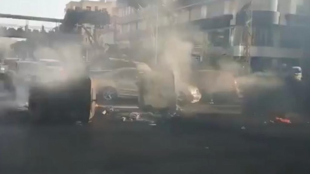 بالفيديو/ محتجون يقطعون الطريق على طريق المطار القديمة مقابل المجلس الإسلامي الشيعي الأعلى بالإطارات المشتعلة