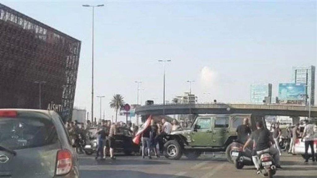 محتجّون يقطعون السير على أوتوستراد جلّ الديب