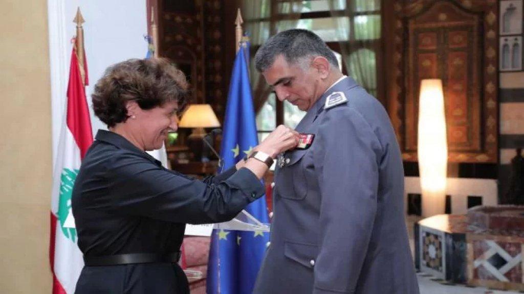 فرنسا تكرِّم اللّواء عماد عثمان وتقلّده وِسام جوقة الشرف الوطني من رتبة فارس