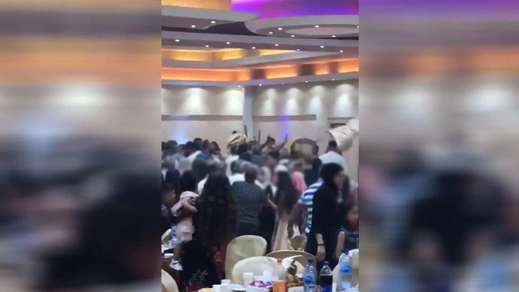 بالفيديو/ إشكال كبير وقع ليلًا داخل صالة للأفراح في المنية وأدى إلى إصابة عدد بجروح (لبنان 24)